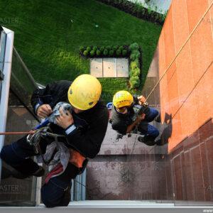 Алпинисти почистват фасада