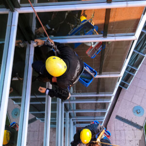 Измиване на фасада от стъкло и камък