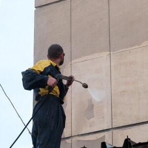Почистване на каменна фасада чрез водно бластиране
