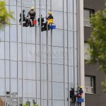 Миене на прозорци чрез въжен достъп