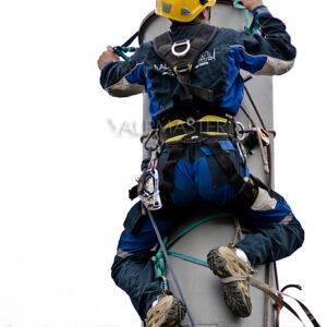 Алпинист работи по стоманена конструкция