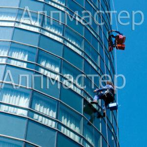 Алпинисти мият прозорци
