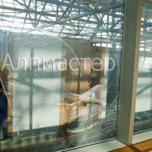 Измиване на прозорци на атриум