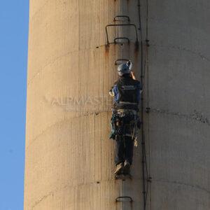 Изкачване по необезопасена стълба на промишлен комин