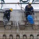 Отстраняване на лед от стрехата на х-л Шератон