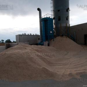 В карая на работния ден от силоза бяха извадени около 300 m³ дървени трици