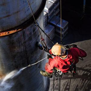 Бластиране на метален комин, подготовка за нанасяне на антикорозионна защита.