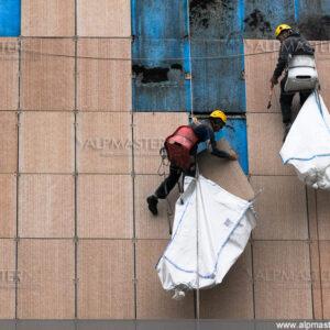 Демонтаж на фасадни панели с цел обезопасяване.