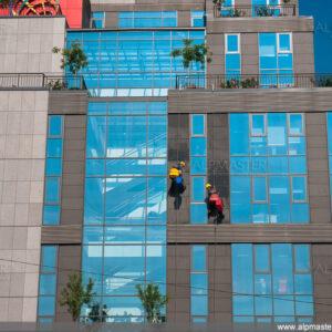 Алпинисти работят на сградата на Прокредит Банк