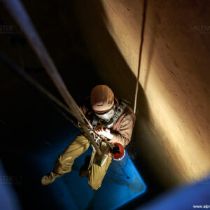 Иван Руменов се изкачва след почистване на дъното на силоз за малц.