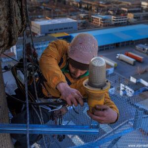 Иван Руменов монтира осветител за обозначаване на авиационни препятствия