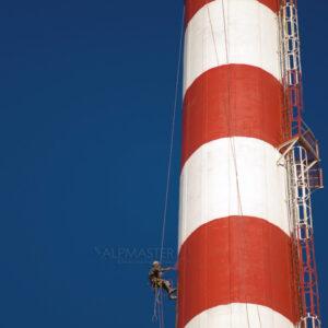 Боядисване на заводски комин. Боята изпълнява 2 функции - сигнална маркировка за авиацията, като същевременно защитава бетона от корозия.