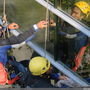Алпинисти почистват прозорци