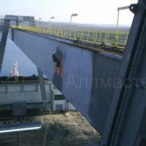 Боядисване на портален кран в ТЕЦ Варна, подновяване на антикорозионното покритие.