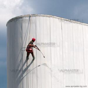 Почистване на фасада от термопанели като подготовка за боядисване