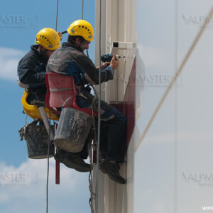 Алпинисти работят по фасадата на новата сграда на bTV Media Group