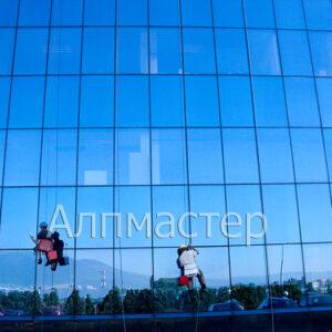 Измиване на стъклена фасада