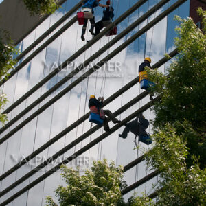 Почистване на стъклена фасада на City Park
