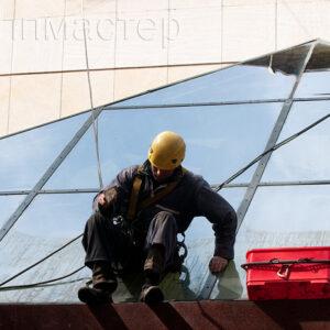 Почистване на стъклена пирамида