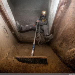 Почистване на дъното на силоз за зърно, Тони Диков в действие