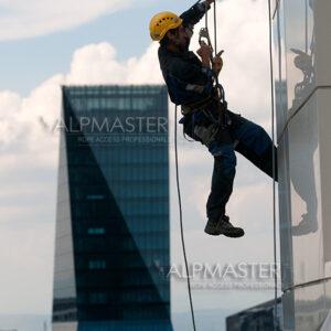 Алпинист работи по фасадата на сградата на BTV