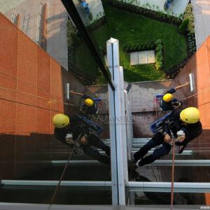 Почистване на фасада чрез въжен достъп