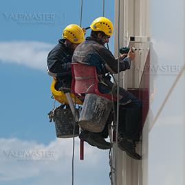 Алпинисти работят по метода на въжения достъп