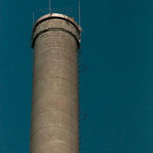 Коминът на спиртоварния завод на винпром ПЕЩЕРА; Нанесен е грунд по бетонната повърхност; Монтирани са нова шапка и мълниеприемни мачти.
