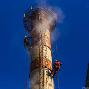 Почистване на метален комин с вода под високо налягане, като подготовка за нанасяне на АКЗ.
