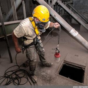 Ванката Руменов се готви за влизане в силоз - вижда се лампата за работа във взривоопасна среда